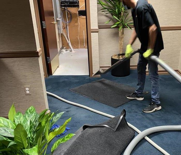 Worker with equipment to clean the carpet